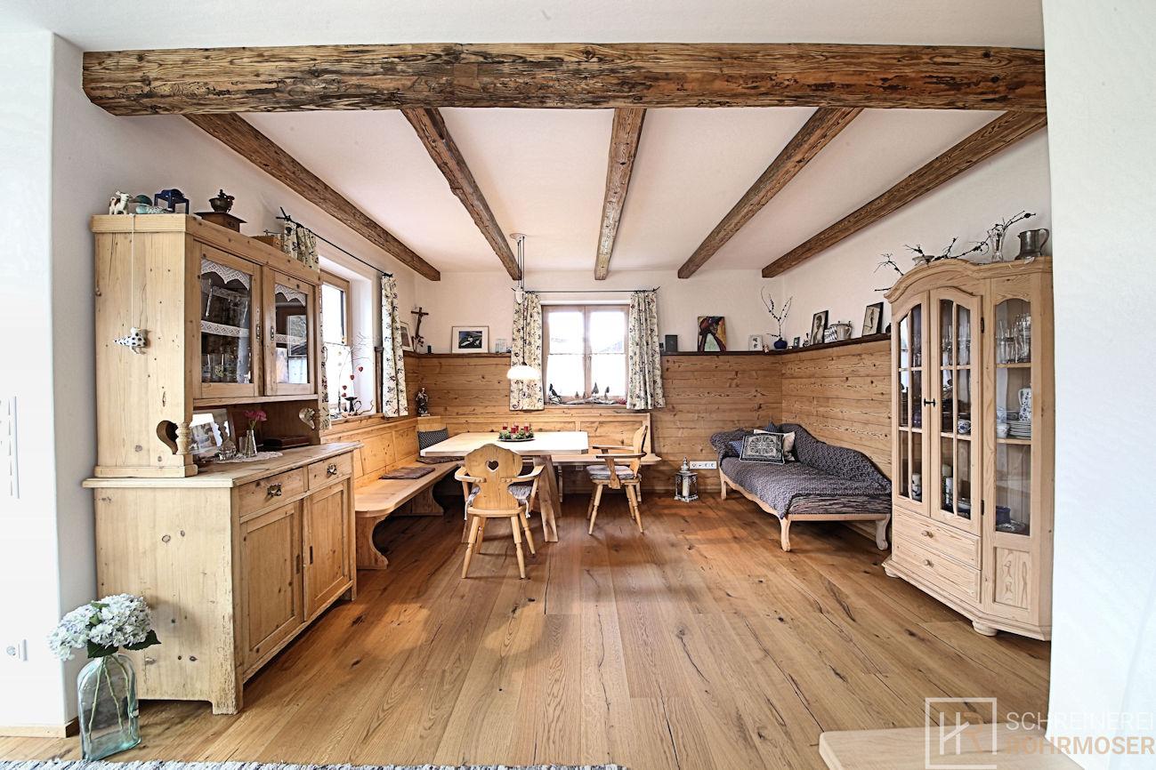 Traditionell bayerisches Esszimmer mit Buffet, Vitrinenschrank und Sitzecke