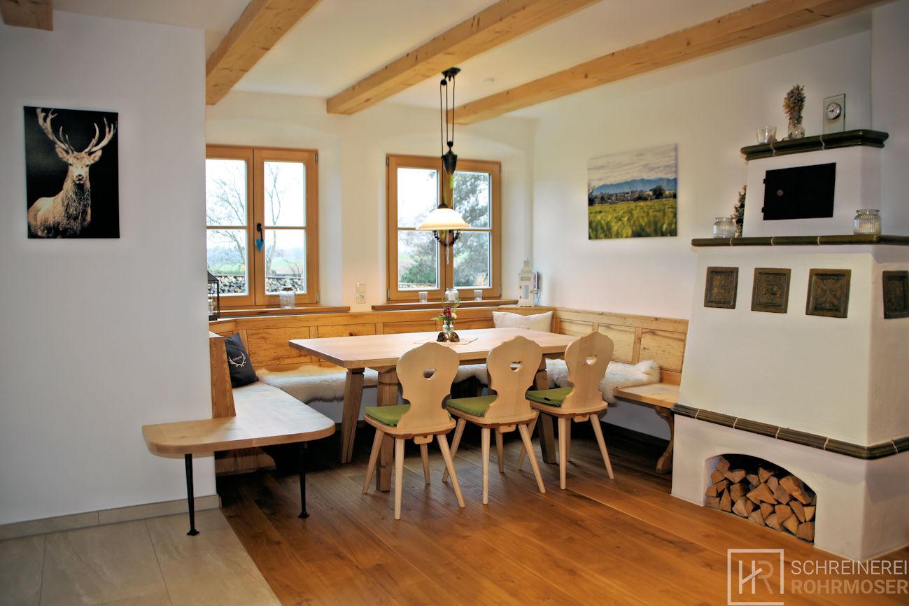Essecke mit Eckbank, Tisch und Stühlen