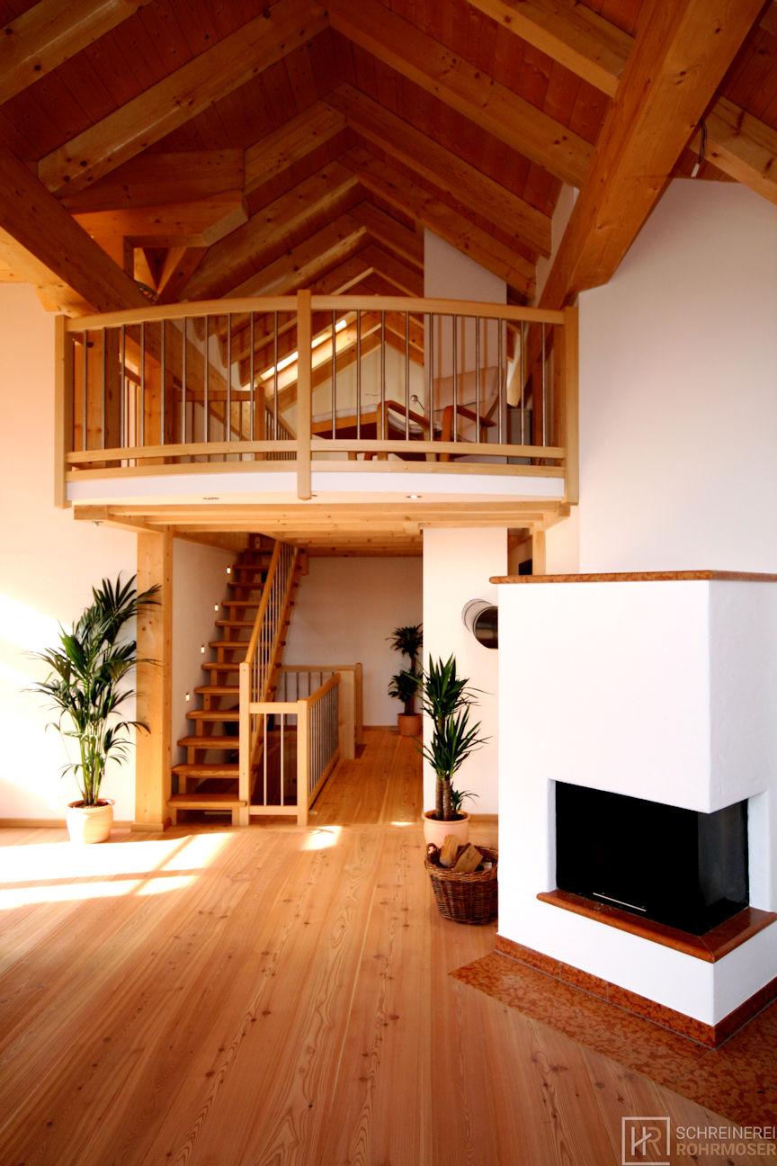Holztreppe zur Galerie