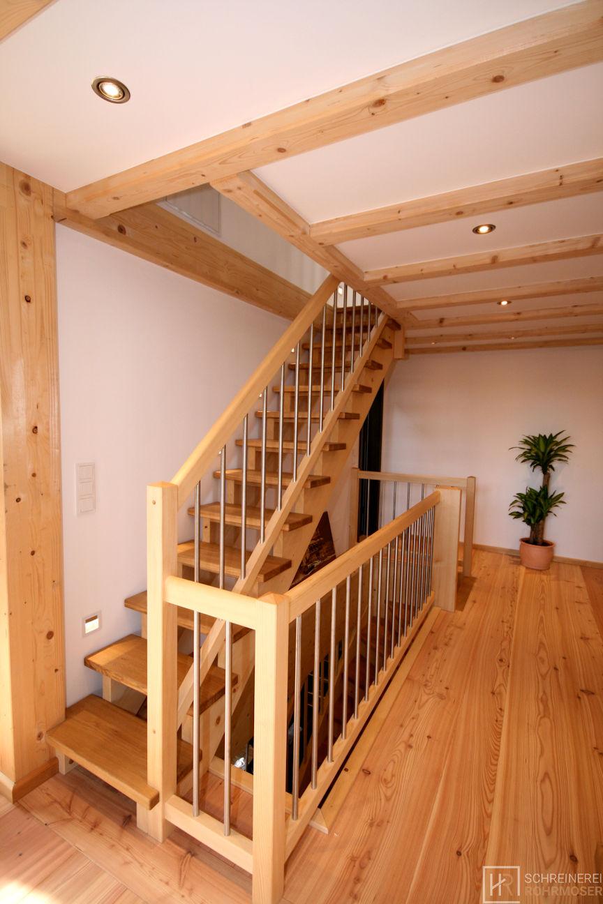 offene Holztreppe mit Holz-Edelstahlgeländer