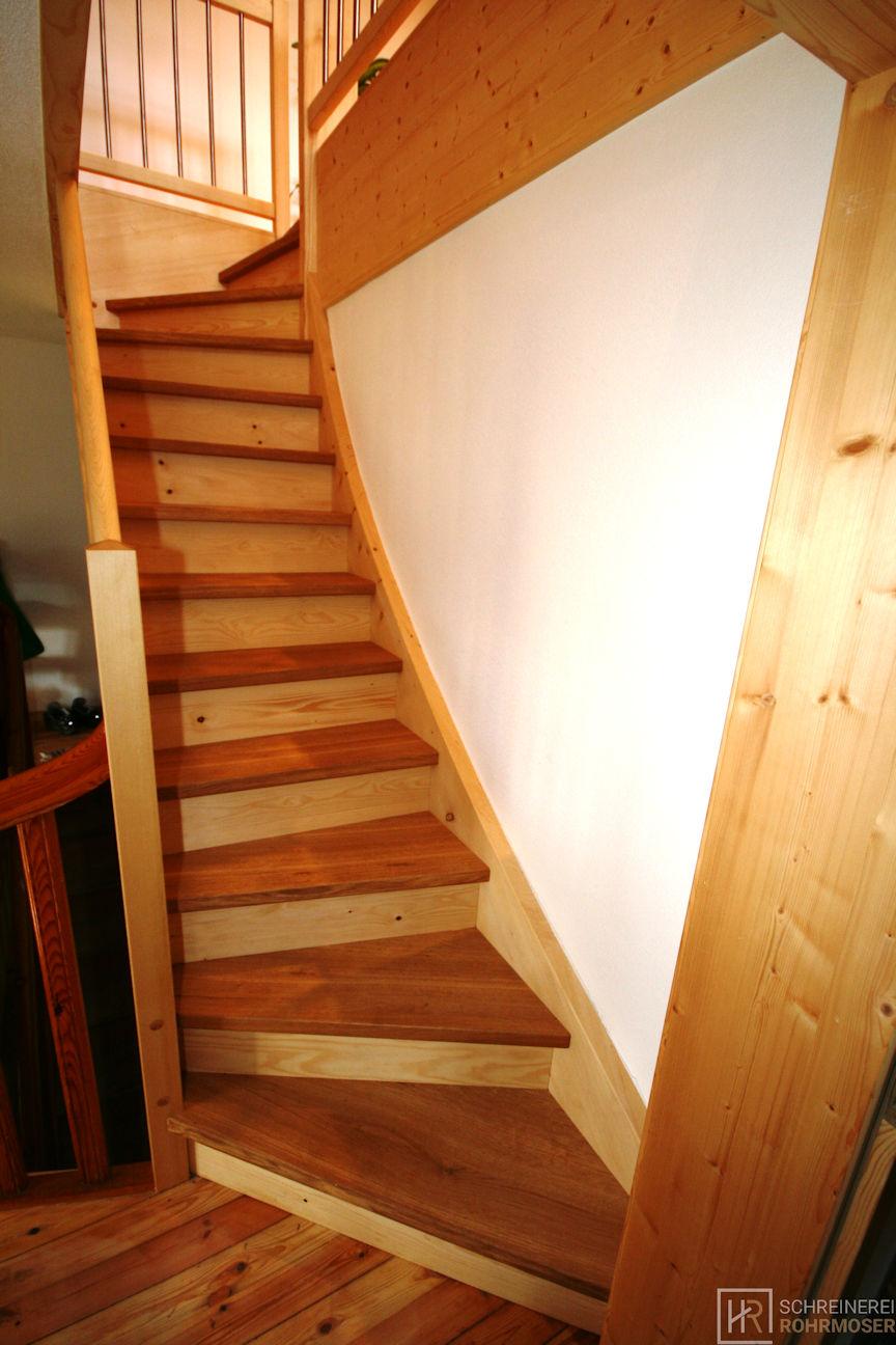 geschwungene Holztreppe Aufgang