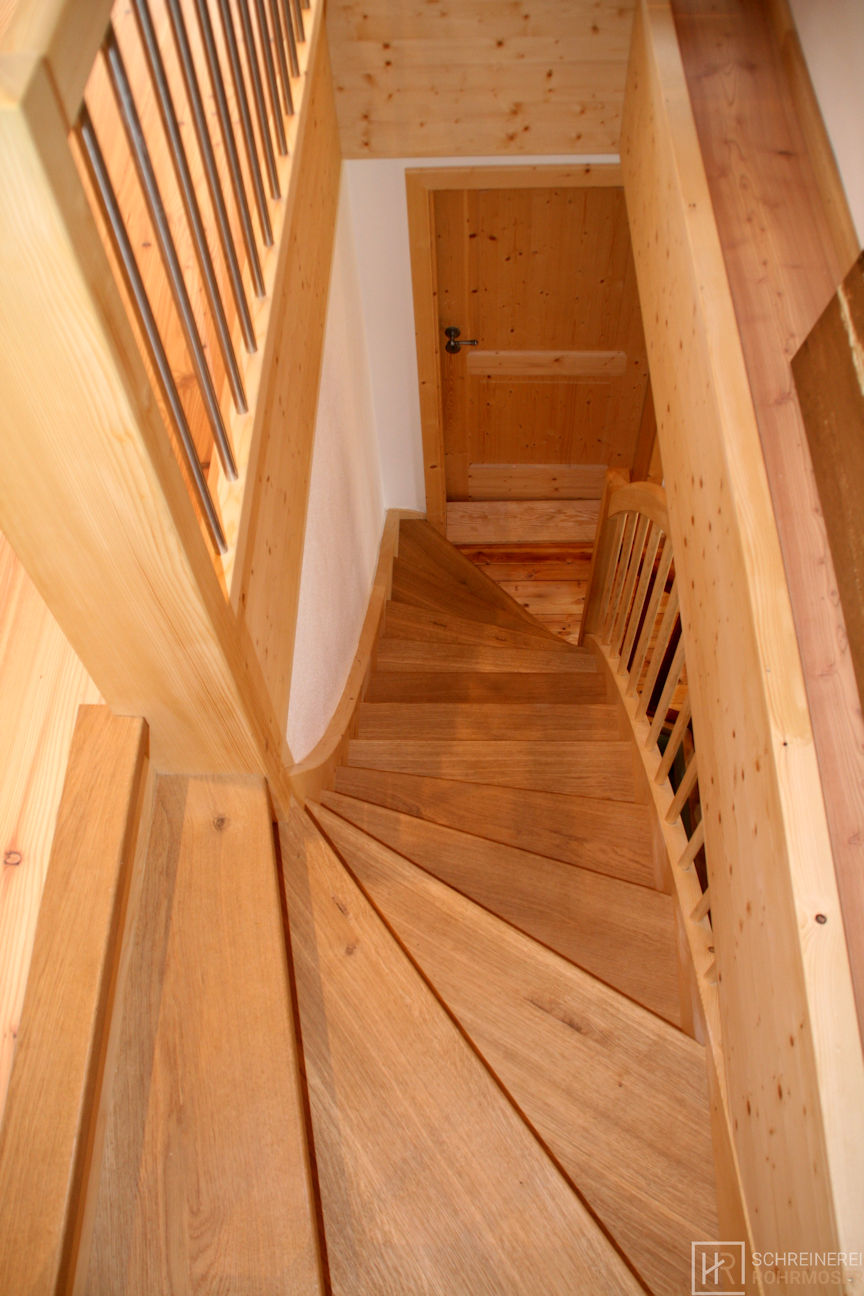 geschwungene Holztreppe von oben