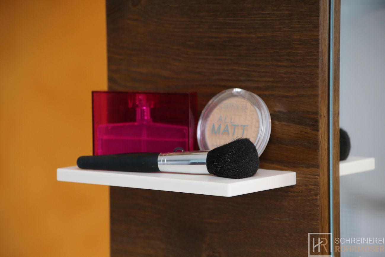 Badezimmer Regal mit Kosmetik